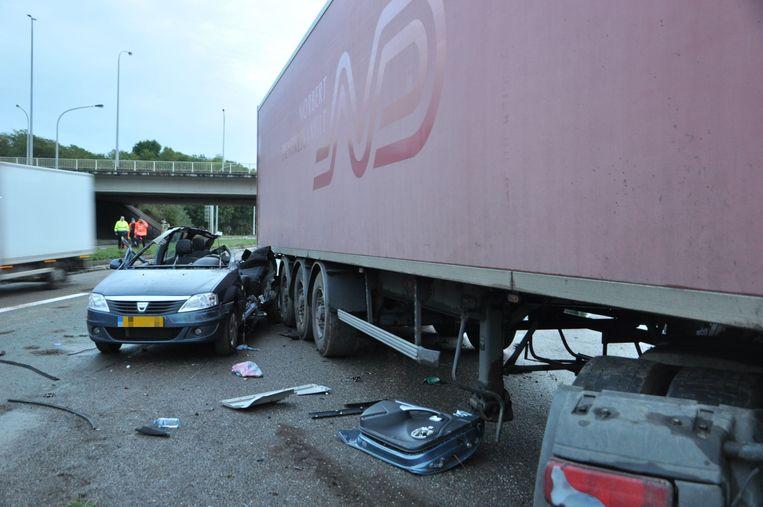 De chauffeur probeerde nog verder uit te wijken naar rechts, maar was te laat.
