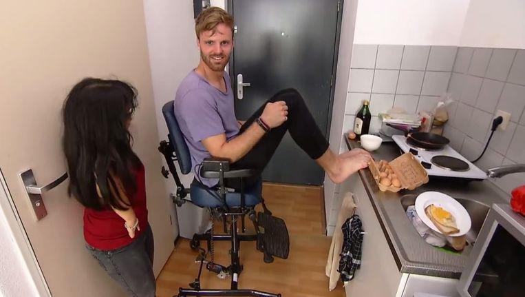 Still uit Je zal het maar hebben. Tim Hofman leert koken met zijn voeten. Beeld BNN