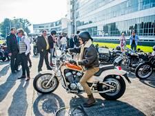 Honderden gestylde mannen op ronkende motoren door Rotterdam