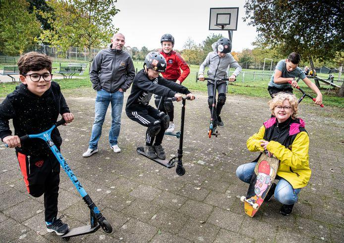 V.l.n.r. Alexander, Frank Thijssen, Tijn, Bart, Gies, Siep en Cynthia Spence op het basketbalveld waar de skatebaan zou moeten komen.