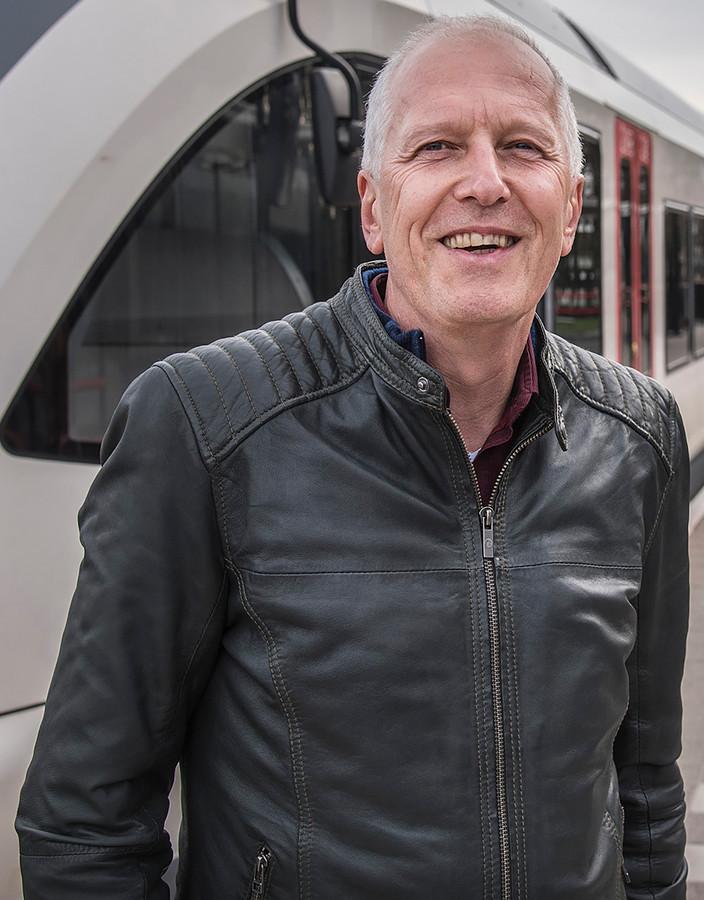 Barny Versteegen op het perron van station Mook Molenhoek.