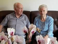 Na zestig jaar trouwen gaat het knuffelen van het Almelose echtpaar Heideman nog gewoon door