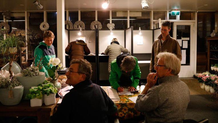Vroege stemmers brengen op het station hun stem uit voor de Tweede Kamerverkiezingen in Castricum Beeld anp