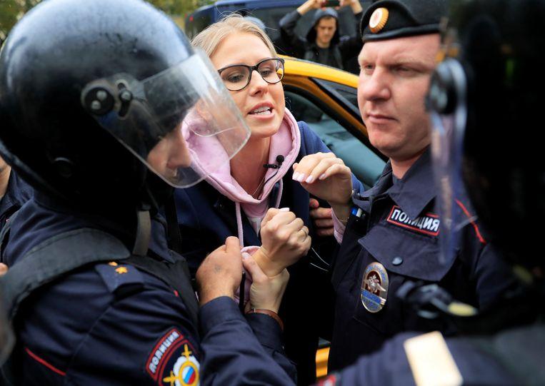 Ljoebov Sobol is uit een taxi gehaald toen ze naar een protestmars wilde gaan. Beeld REUTERS