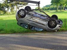 Vrouw slaat met auto over de kop en raakt gewond