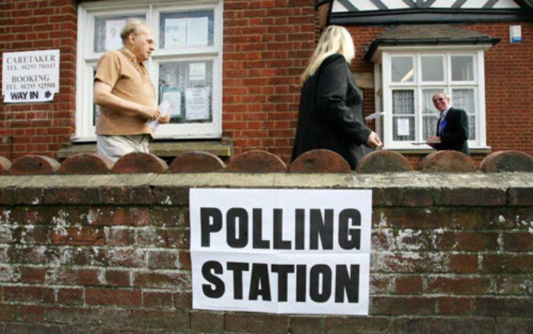 Kiezers brengen donderdag in het stembureau in het Engelse Sussex hun stem uit voor regionale en lokale verkiezingen. De ogen zijn donderdag vooral gericht op Schotland, waar winst van de Schotse Nationale Partij (SNP) de weg naar afsplitsing van de Britse unie opent. (AFP) Beeld