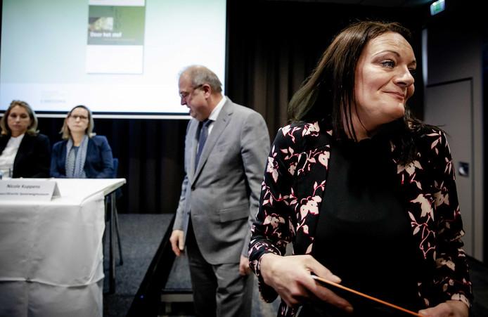 Slachtoffer Natascha van de Put (rechts) heeft zojuist het rapport over de chroom-6-affaire ontvangen van commissievoorzitter Peter van der Velden.