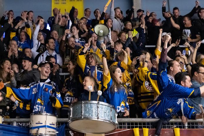 Trappers-fans tijdens de beslissende vijfde wedstrijd in de play-offs tegen EV Landshut.