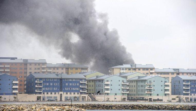 Rookpluimen boven Gibraltar, zondag. Beeld afp