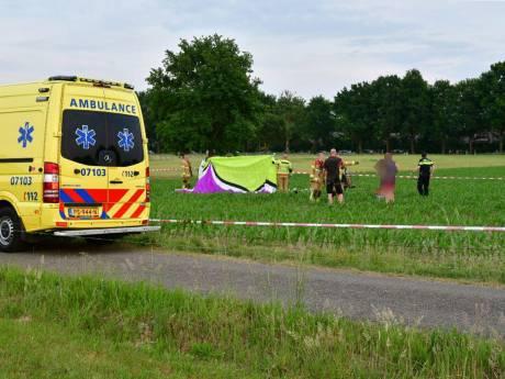 Paraglider stort neer in maisveld buiten Didam, piloot overleden