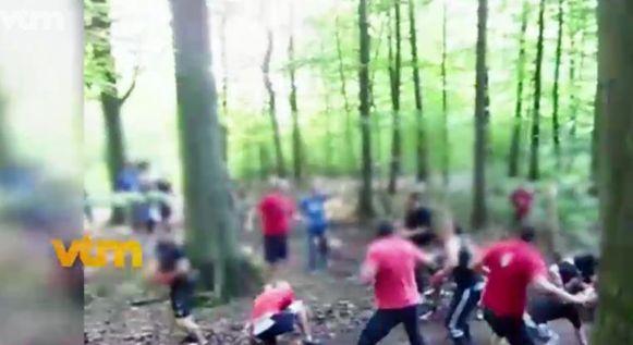 Een beeld van een 'free fight' in een bos.