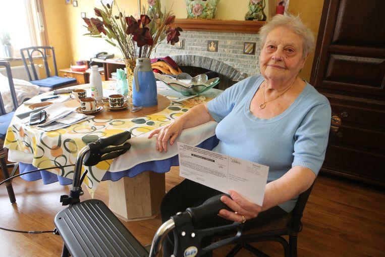 Angeline Lonneu met haar oproepingsbrief voor de verkiezingen.