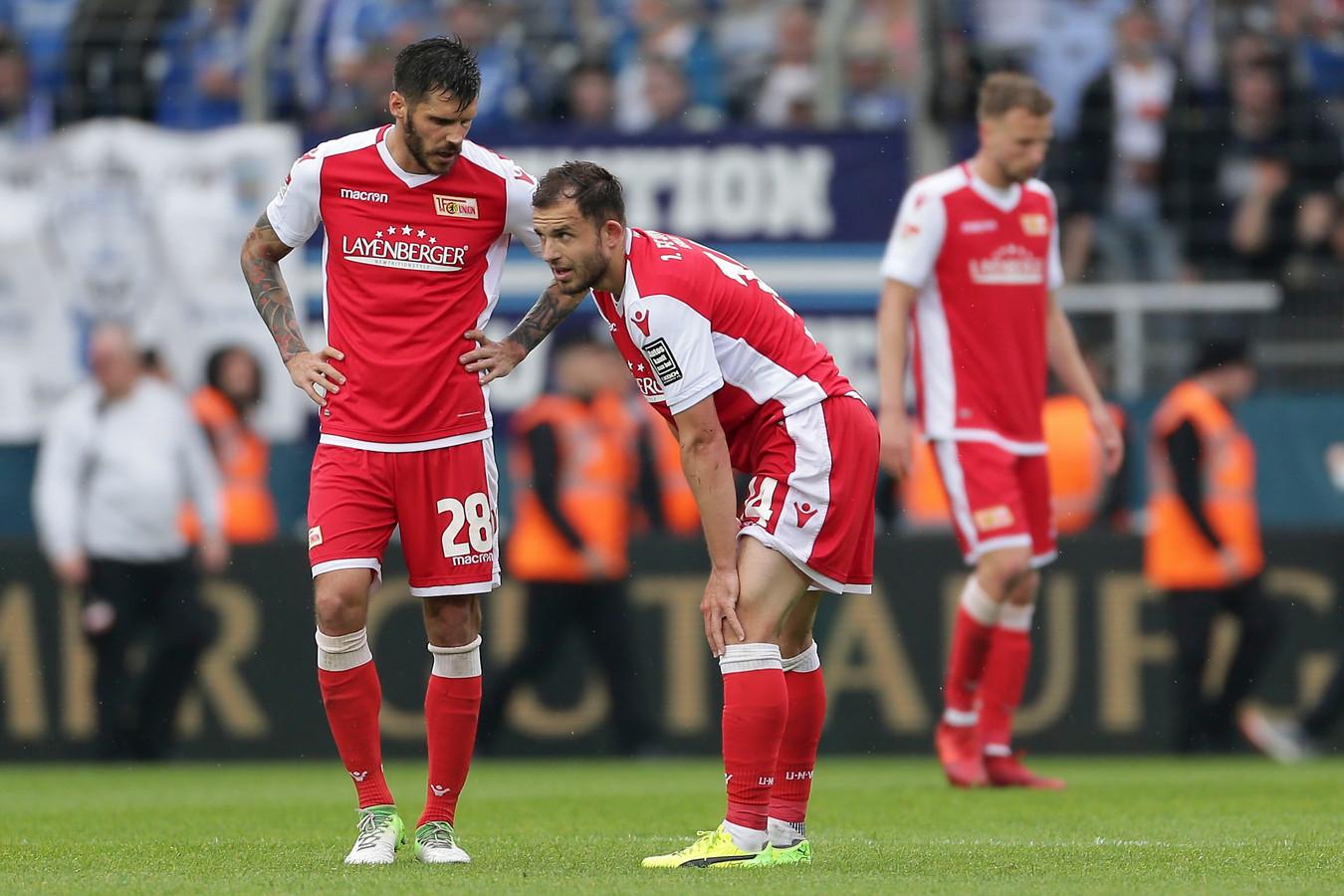 Teleurstelling bij de spelers van Union Berlin nadat ze op de laatste speeldag in Bochum promotie zijn misgelopen.