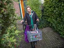 Zwolse Annelies (50) heeft haar eigen coronabieb, met haal- en brengservice: 'Ik fiets de hele stad door'