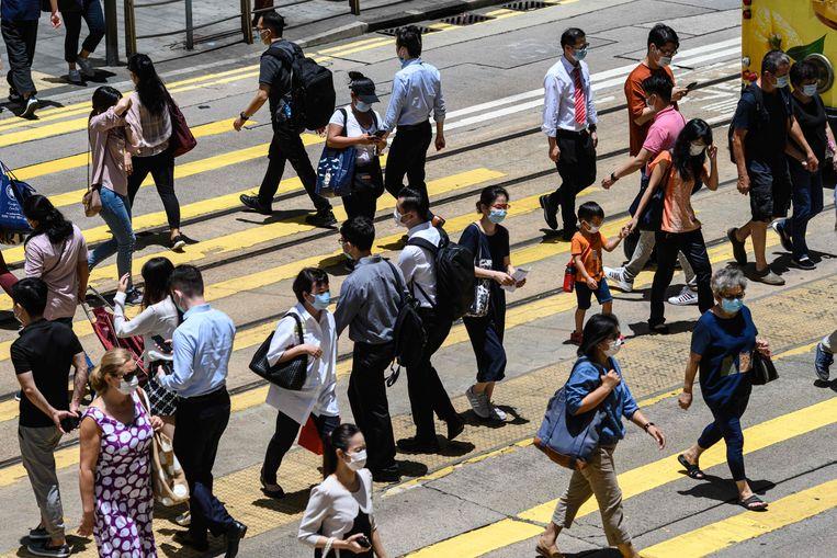 De leider van stadstaat Hongkong maakte zondag bekend dat er de afgelopen 24 uur honderd nieuwe coronagevallen zijn bijgekomen. Beeld AFP