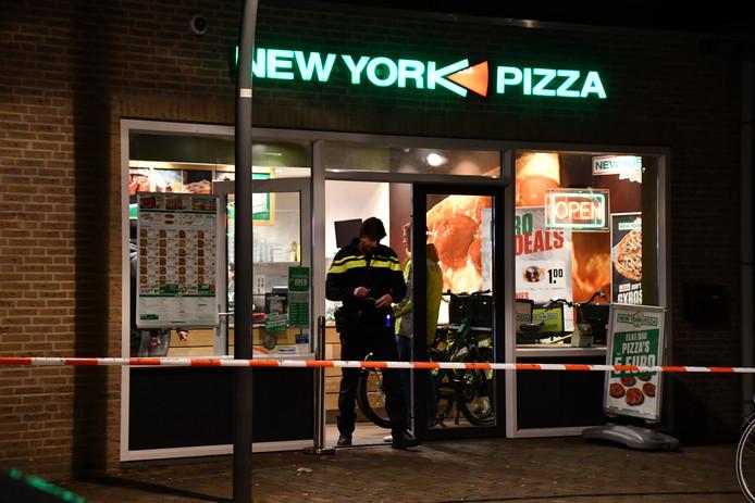 De politie zette na de overval in maart op de New York Pizza de omgeving af voor sporenonderzoek.  © GinoPress B.V.