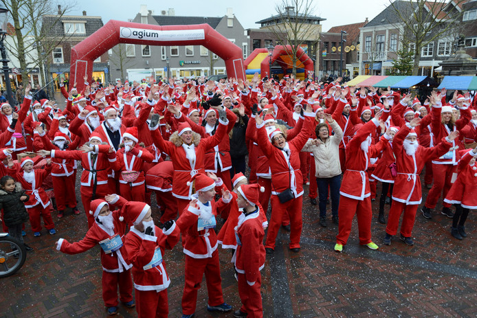 'Kerstmannen' op het Wilhelminaplein in Naaldwijk