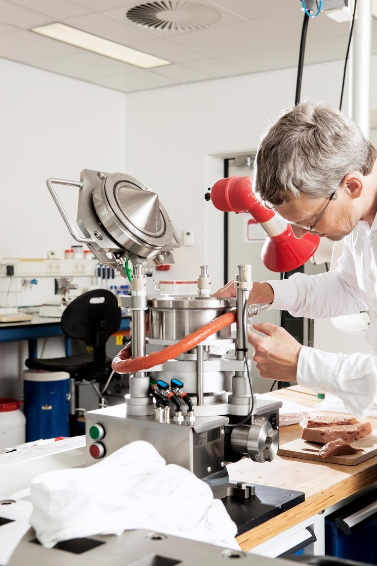 Hoogleraar Atze Jan van der Goot in het laboratorium. Beeld Niels Blekemolen