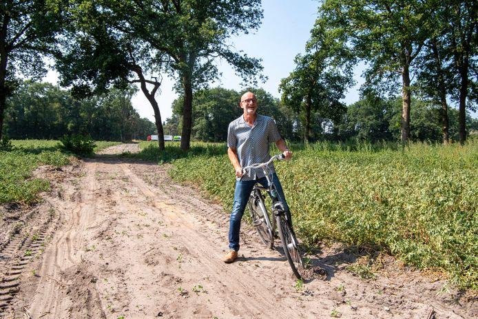LPO-fractievoorzitter Dick Remmers op het tracé waar het fietspad moet komen vanaf de tunnel onder de N48 (zie achtergrond). Het fietspad zou hier volgens de LPO moeten splitsen in een fietsroute via de Kievitstraat, en een alternatieve route via Hessenweg West-Balkerweg.