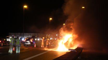 VIDEO: Papa Jean-Claude haalt zoontje Arno (9) net op tijd uit brandende BMW op E40