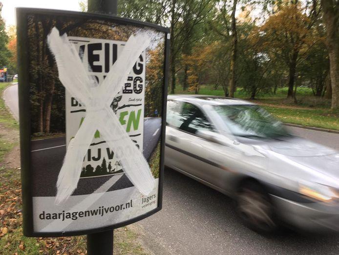 De Faunabescherming heeft in Apeldoorn reclameborden van de Jagersvereniging beklad.