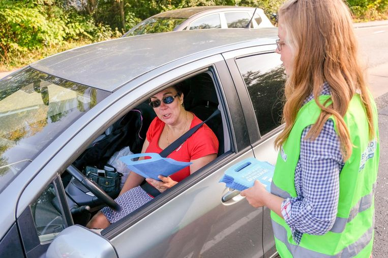Op sommige plekken delen vrijwilligers autovuilniszakjes uit.