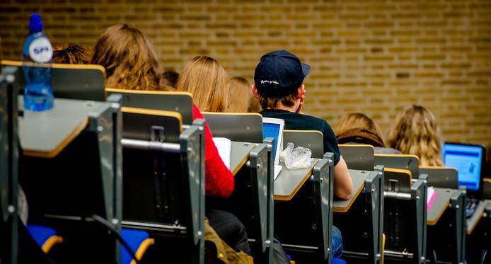 Studenten in een collegezaal.