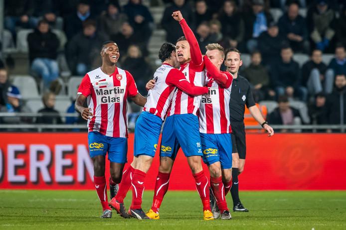 Mats Grotenbreg jubelt op De Vijverberg na zijn goal voor FC Oss (de 1-1).