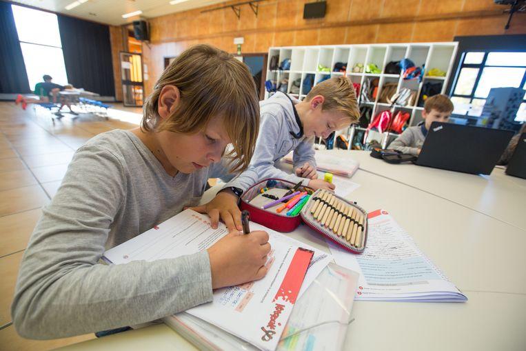 De klassen zijn grote lokalen, waar de banken gegroepeerd staan, zodat de kinderen ook makkelijk kunnen samenwerken.
