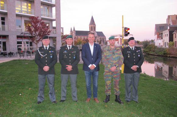 ADC Nico De Cloedt, Kapitein-commandant Stijn Verbeke, burgemeester Jan Vermeulen, Luitenant-kolonel Yves De Neve en commandant Serge Cazaerck.
