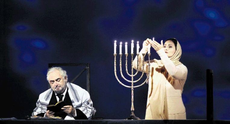 Dennis O¿Neill en Angeles Blancas Gulin als Eléazar en Rachel in ¿La Juive¿ bij De Nederlandse Opera. (FOTO RUTH WALZ) Beeld