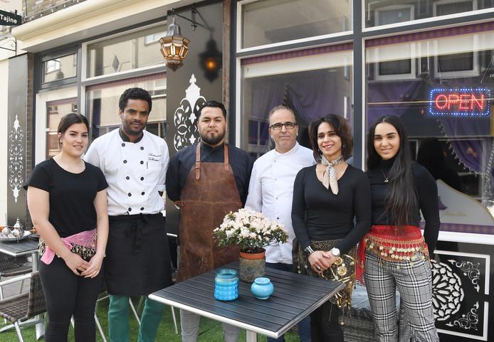 De bemanning van restaurant Couscous et Tajine in Vlissingen vlnr: Presilla, Kuku, Nawid, Twan, Aireen en Noa.
