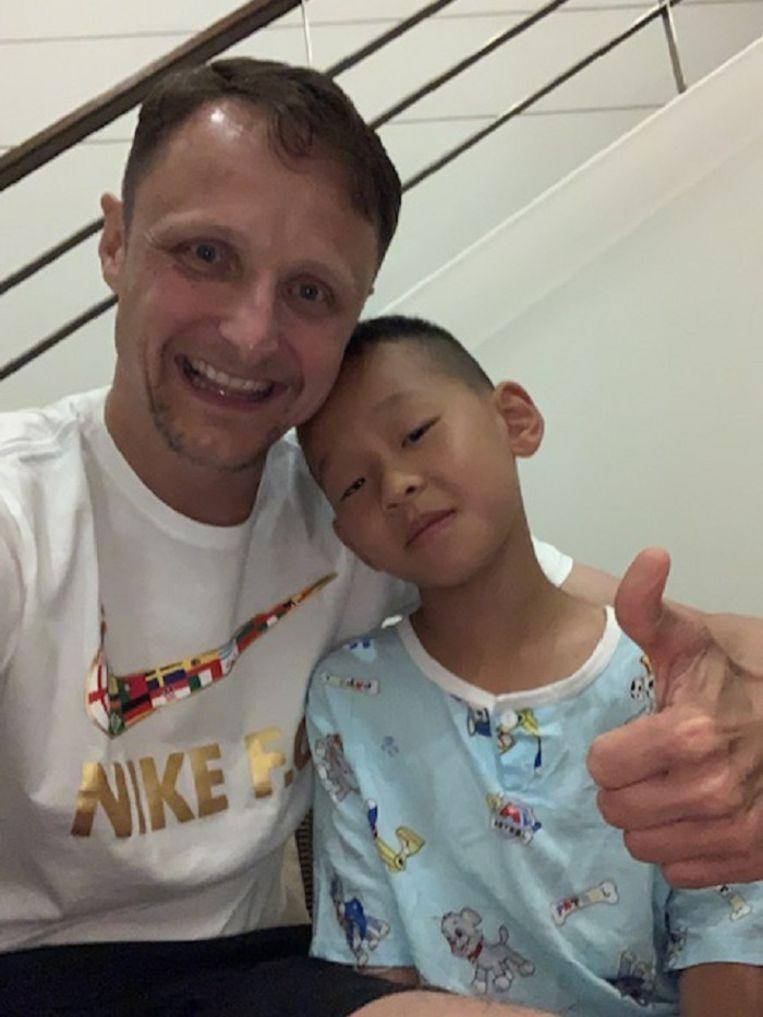 Bernard Tax met de Chinese JunJun in het ziekenhuis in Phuket.