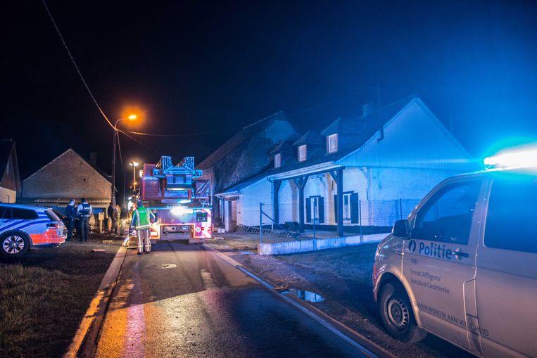 Het vuur woedde aan de zijgevel van het schuurtje naast de witte woning (rechts).