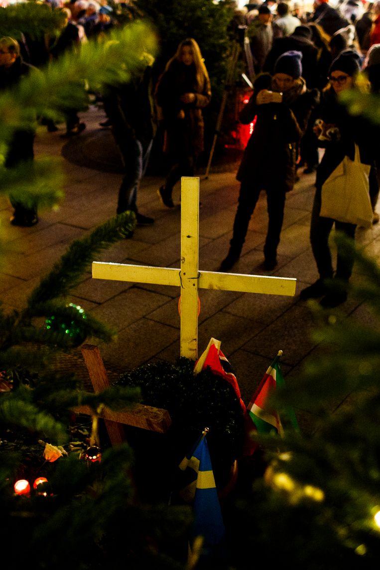 Een geïmproviseerd herdenkingskruis ter nagedachtenis aan de slachtoffers Beeld Getty Images