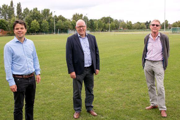 Schepen Peter Buysrogge, Herleving-voorzitter Dirk Volckeryck en penningmeester Marc De Meester, aan de voetbalterreinen van sportcentrum Ter Beke.