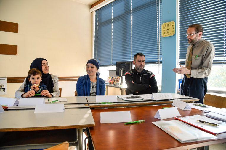 In De Schatkist werd onlangs een cursus Nederlands voor anderstalige ouders opgestart. In het dagonderwijs moeten hun kinderen Nederlands spreken.