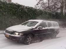 Glibberend omhoog rijden in winters wit Rhenen