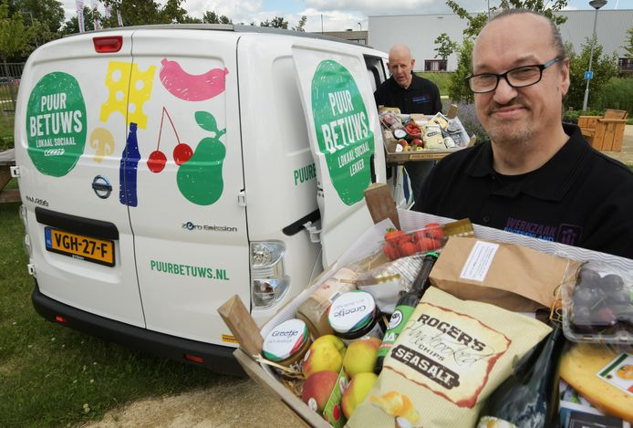 Real de Groot (voorgrond) en Hans de Gier bij de elektrische bestelwagen van Puur Betuws.