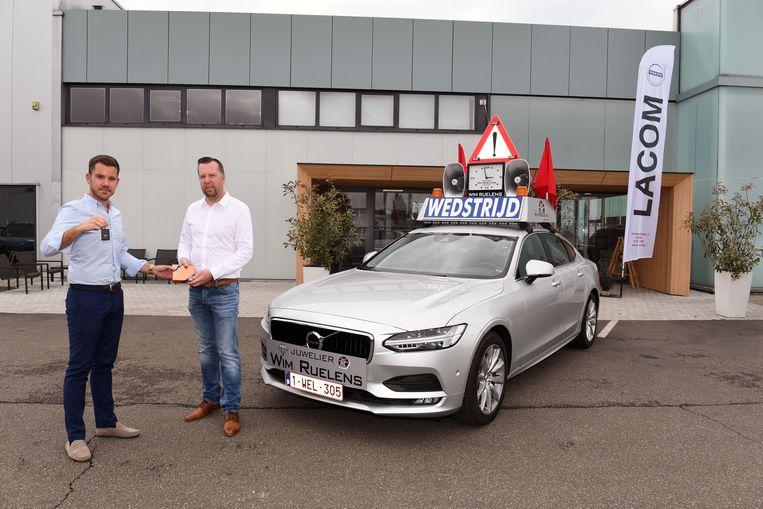 Wim Ruelens krijgt de sleutel van de nieuwe wagen van Thijs Van Goidsenhoven van Lacom