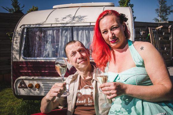 """Joost met zijn vrouw Hilde bij de caravan. """"Ik ga een maand kamperen in de schaduw van de VRT-toren."""""""