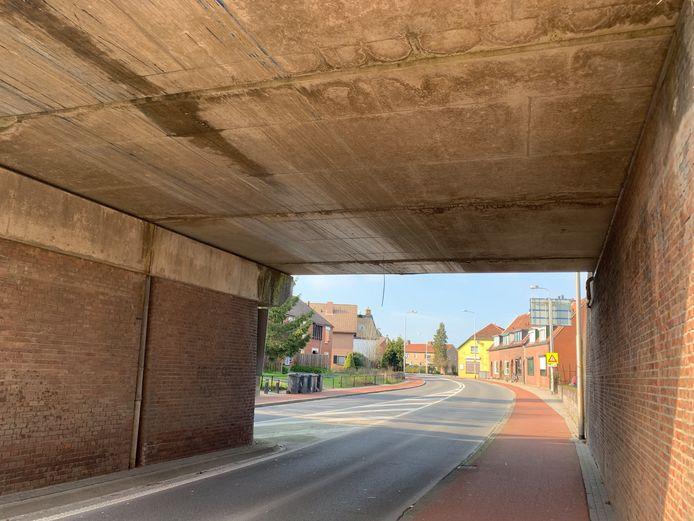 Archiefbeeld: De spoorbrug over de Weg naar Voorst (N345) werd opnieuw geramd.