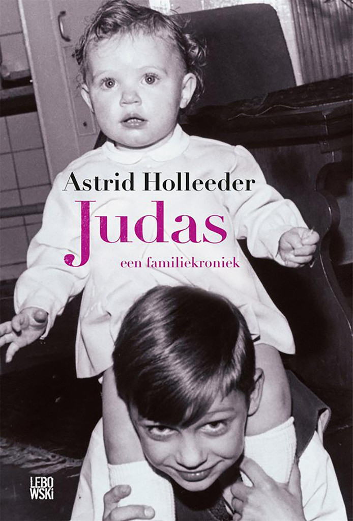 Astrid Holleeder op de schouders van broer Willem. De cover van het boek Judas, een familiekroniek.