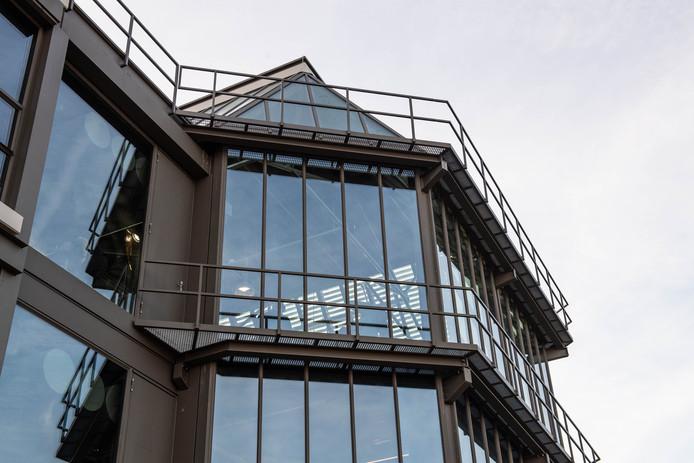 Het Techmed Centre op de UT, bijgenaamd 'De Glazen Kathedraal'. Na de ingrijpende reovatie doet het die naam meer eer aan dan ooit.