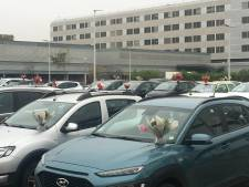 Une fleuriste dépose des centaines de bouquets sur les voitures des soignants