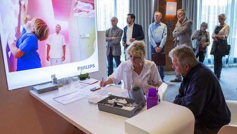 Aandeelhouders van Philips konden vorig jaar tijdens de aandeel houdersvergadering hun gezondheid laten meten. Beeld HOLLANDSE HOOGTE / GERARD TIL