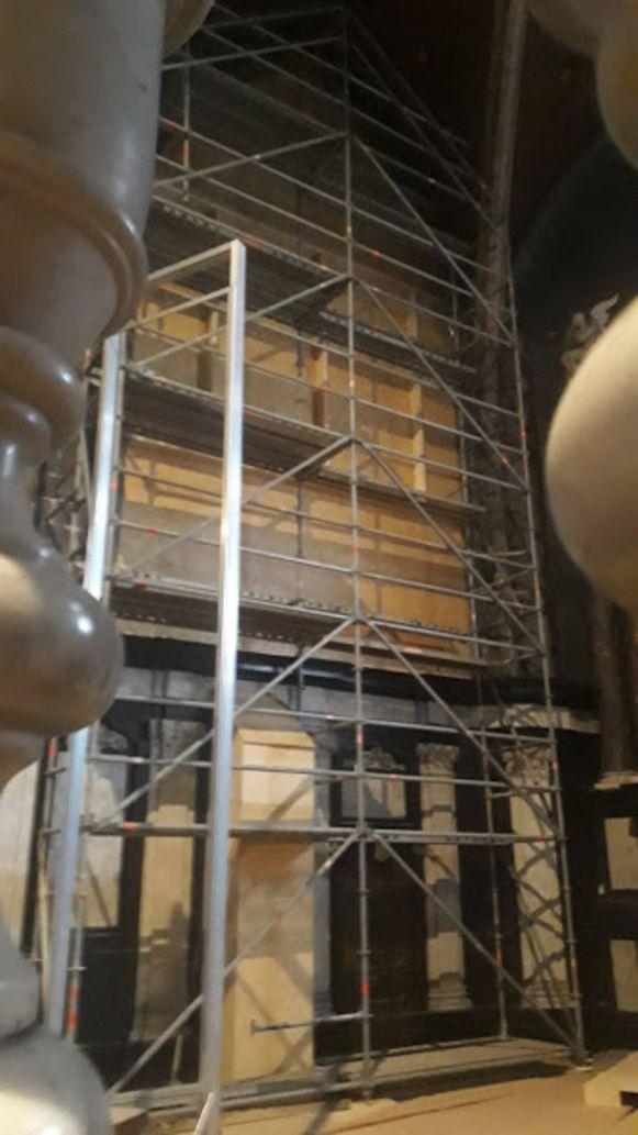 Binnen in de kathedraal staan stellingen