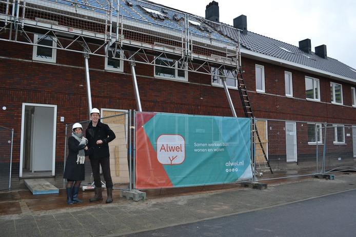 Bestuurder Tonny van de Ven van Alwel poseert samen met wethouder Daan Quaars bij de nul-op-meter-woningen aan de Leeghwaterstraat.
