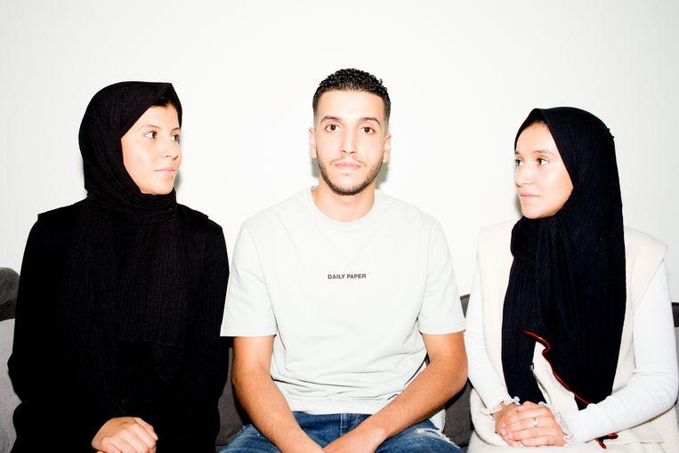 Zussen Ikrame (l) en Sarah over hun broer: 'Hij moedigt ons aan onze dromen te volgen.' Beeld Marjolein van Damme