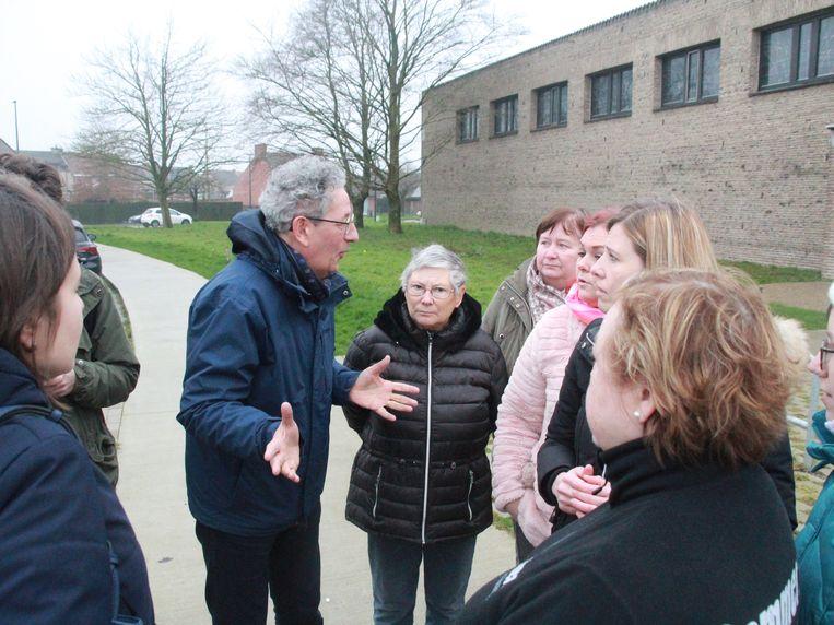Directeur Hans Van De Moortel geeft uitleg aan de ouders.